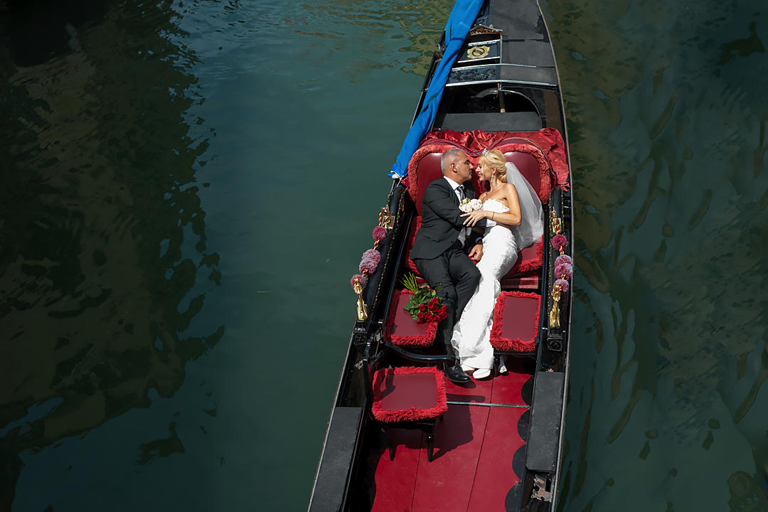 newlyweds in gondola venice